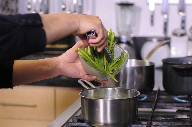 Cocer en una olla honda con agua y un poquito de sal durante 5 minutos.