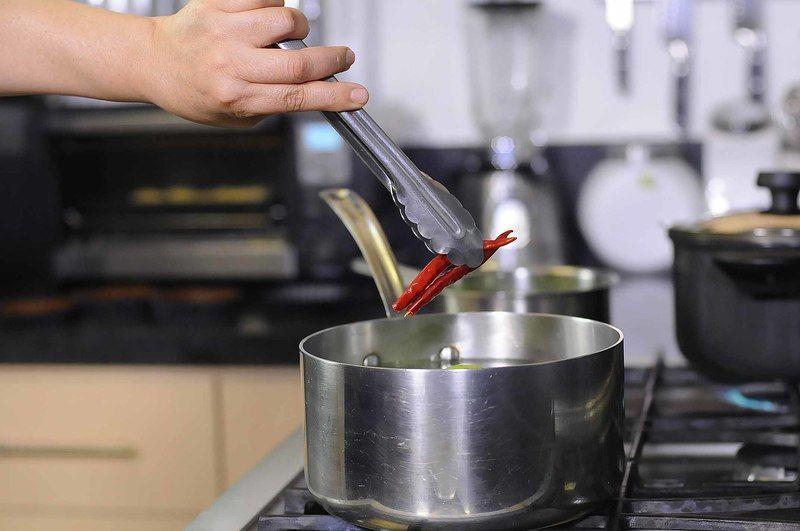 Poner a hervir los tomates verdes junto con los chiles de árbol secos y el diente de ajo durante 5 minutos cuidando que no se rompan los tomates.