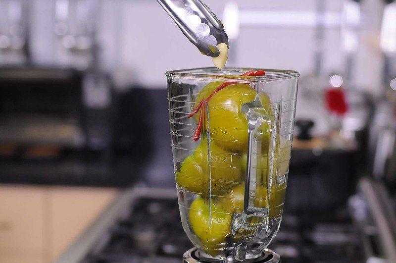Colocar en el vaso de la licuadora los tomates hervidos, chiles y diente de ajo. Moler hasta obtener una mezcla homogénea.