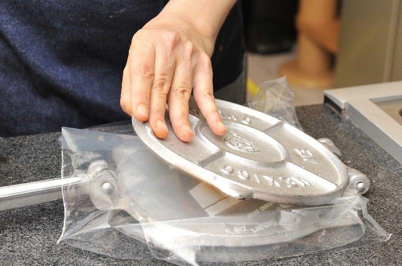 Hacer bolitas de masa y aplastar en la máquina para hacer tortillas hasta que estén delgadas. Cocer sobre el comal caliente a fuego medio.