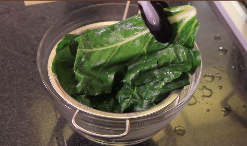 Retirar las hojas de acelga y dejar enfriar.