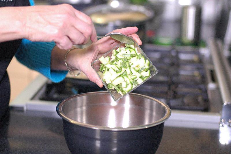 Añadir calabacita picada, sazonar con pimienta y sal. Revolver bien con la cuchara para integrar todo.