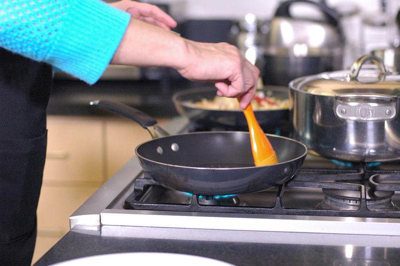 Calentar el sartén y cuando esté bien caliente barnizar con un poquito de aceite con la ayuda de la brocha.