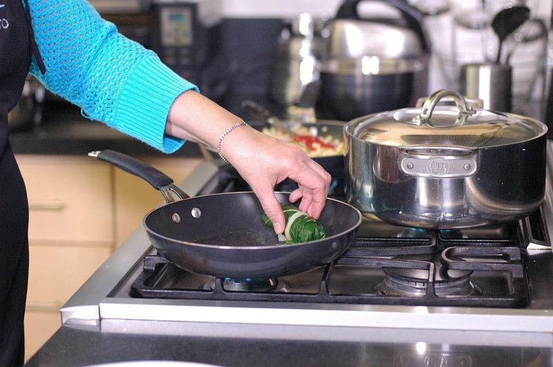 Colocar los rollitos en sartén y dejar cocer unos minutos por cada lado.