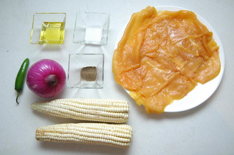 Ingredientes para receta 3 piezas de milanesa de pollo 1 pieza de cebolla morada 1 pieza de chile serrano 2 piezas de elote Help sal al gusto pimienta negra molida al gusto 2 cucharadas de aceite de oliva
