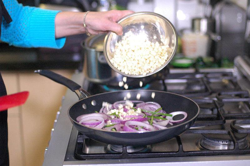 Añadir granos de elote durante 4 minutos.
