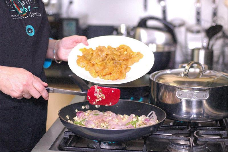 Agregar las fajitas de pollo y continuar cociendo 5 minutos más. Rectificar sazón