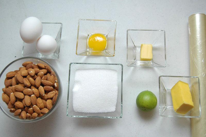Ingredientes para mini cupcakes 2 tazas de almendras enteras 2/3 taza de azúcar blanca 2 piezas de huevo 1 pieza de yema de huevo 1 pieza de limón 1 cucharada de mantequilla Ingredientes para otros papel plástico adherente al gusto mantequilla al gusto