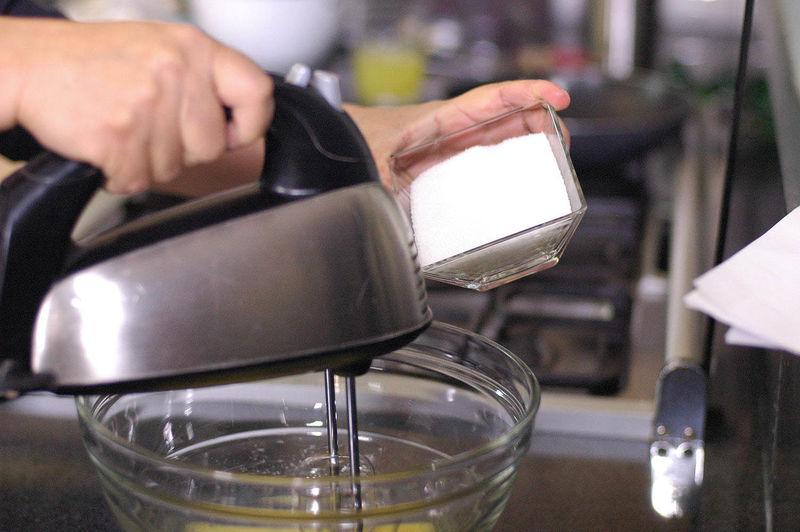 Añadir el azúcar, el jugo de medio limón.