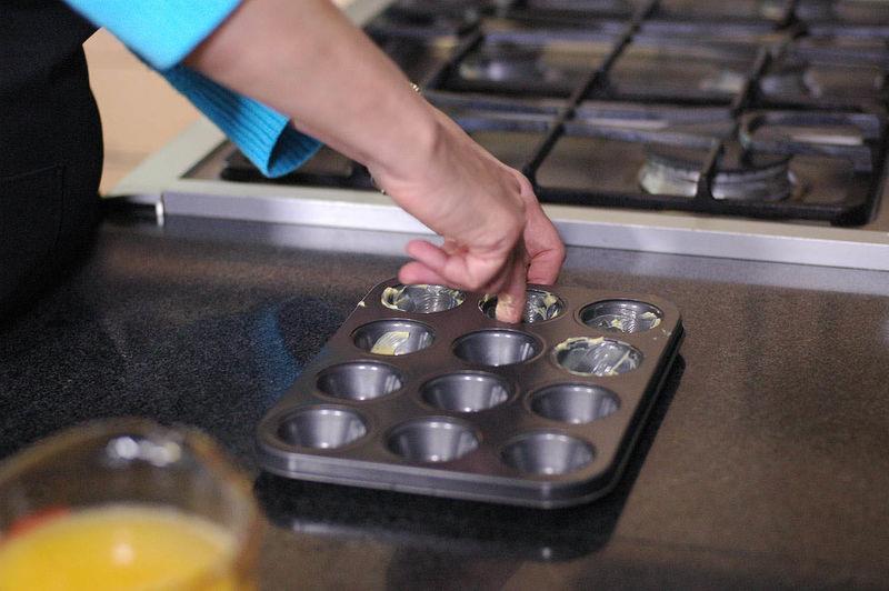 Untar con un poco de mantequilla cada molde.
