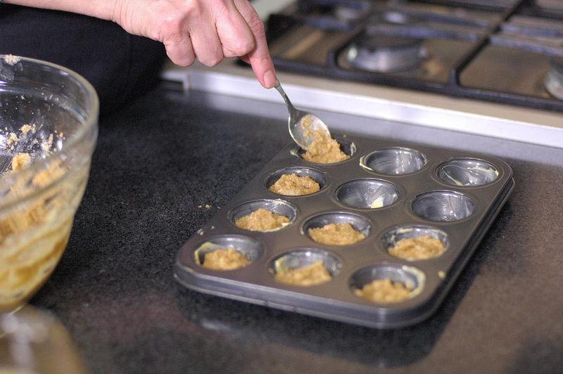 Rellenar cada molde con un poco de la masa y hornear durante 20 minutos o hasta que se vean ligeramente dorados.