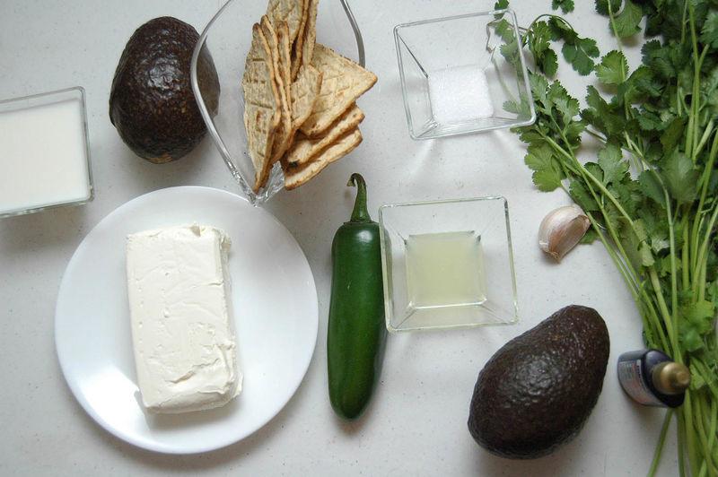 Ingredientes para receta 2 piezas de aguacate 190 gramos de queso crema 1 diente de ajo 1/4 manojo de cilantro 1 pieza de chile jalapeño sal al gusto 1/4 taza de leche de vaca 1 cucharada de jugo de limón totopos de maíz al gusto desinfectante de verduras al gusto