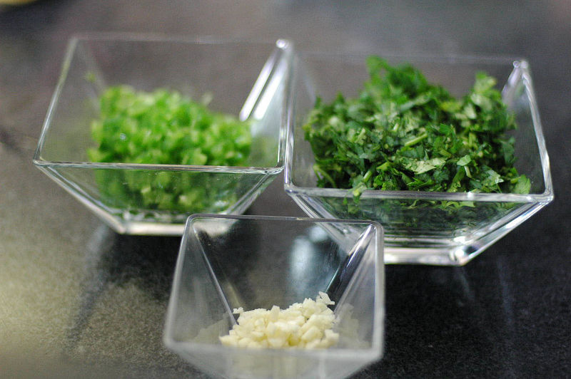 Picar finamente el cilantro, diente de ajo y chile jalapeño descartando semillas y venas.
