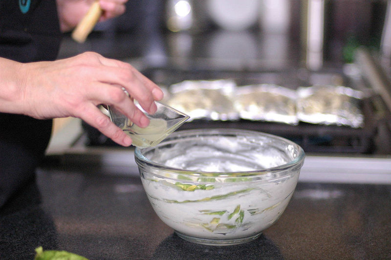 Añadir jugo de limón, sazonar con sal.