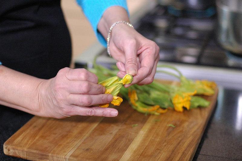 Cortar las flores de calabaza a la mitad y remover el pistilo y los sépalos, desecharlos y conservar la corola.