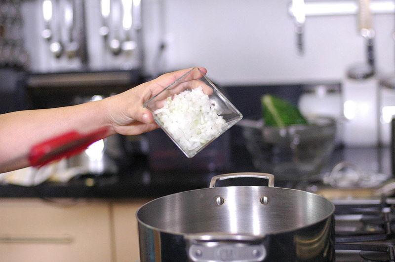 Calentar el aceite de oliva y sofreír la cebolla picada un par de minutos.