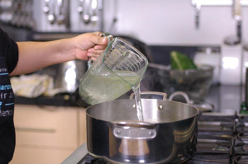 Agregar agua, sazonar con sal y pimienta.