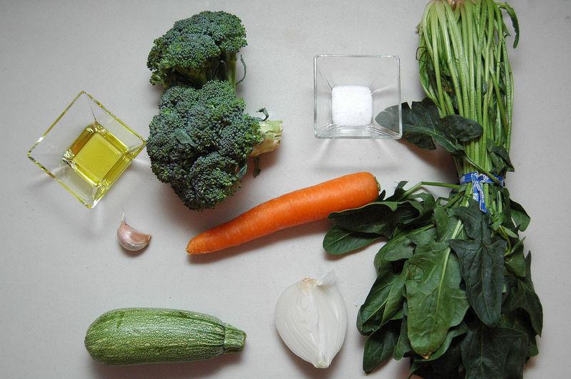 Ingredientes para receta 1 pieza de brócoli 1 pieza de zanahoria 1 pieza de calabacita italiana 1 manojo de espinaca 1 diente de ajo 1/4 pieza de cebolla blanca 2 cucharadas de aceite de oliva sal al gusto