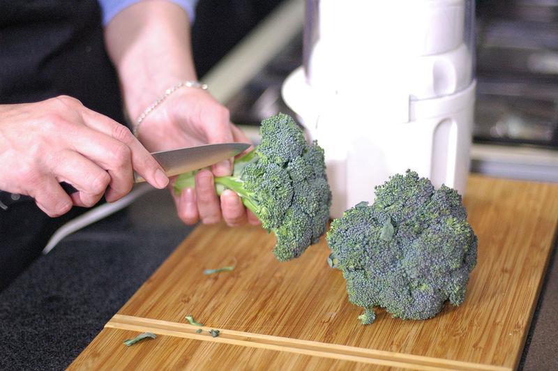 Cortar en floretes el brócoli.