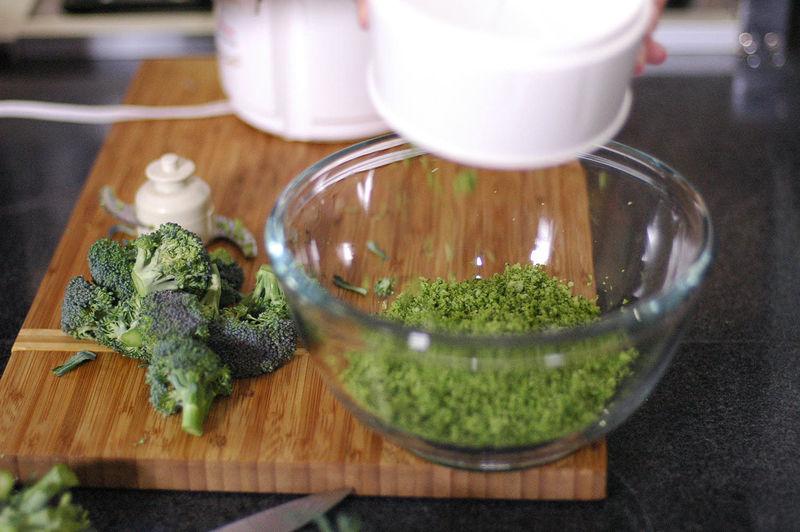 Colocar los floretes de brócoli en el procesador y triturar hasta que queden casi molidos.