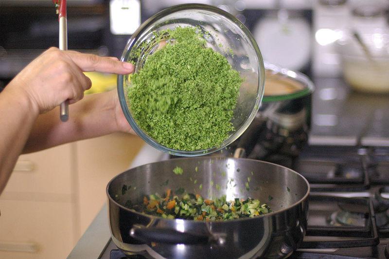 Cocer un par de minutos y agregar el brócoli molido y sazonar con sal. Revolver con la ayuda de la pala para integrar todos los ingredientes.