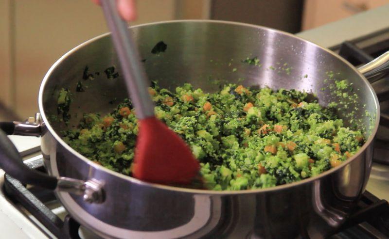 Tapar y bajar la lumbre y continuar cociendo 4 minutos más. Rectificar sazón.