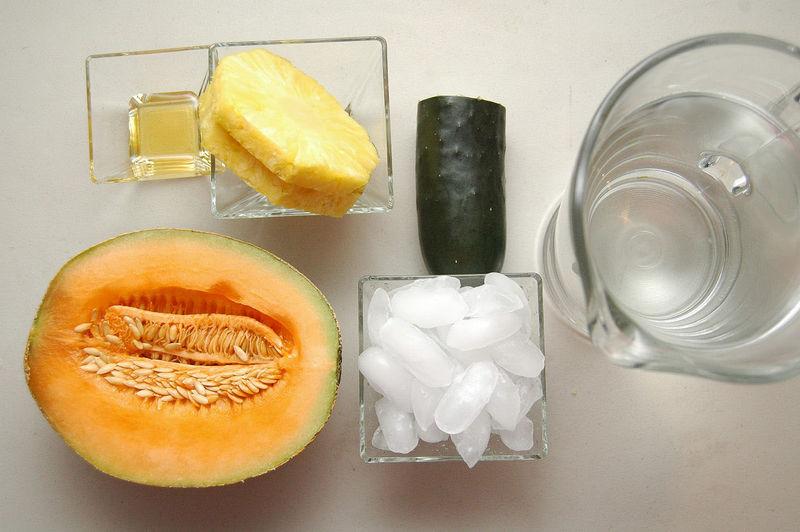 Ingredientes para receta 1/2 pieza de melón 1/2 pieza de pepino 2 rebanadas de piña 1 1/2 litros de agua 1 cucharada de miel de agave hielo al gusto