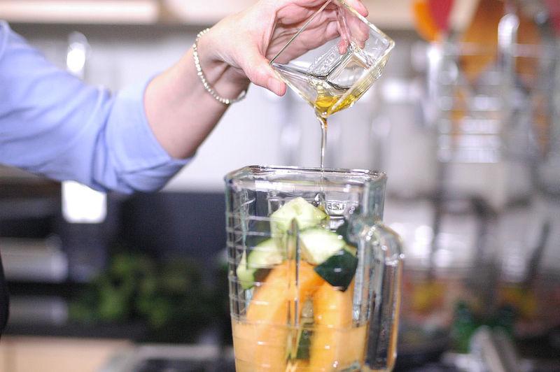 Agregar un poco de agua, miel de agave y licuar.
