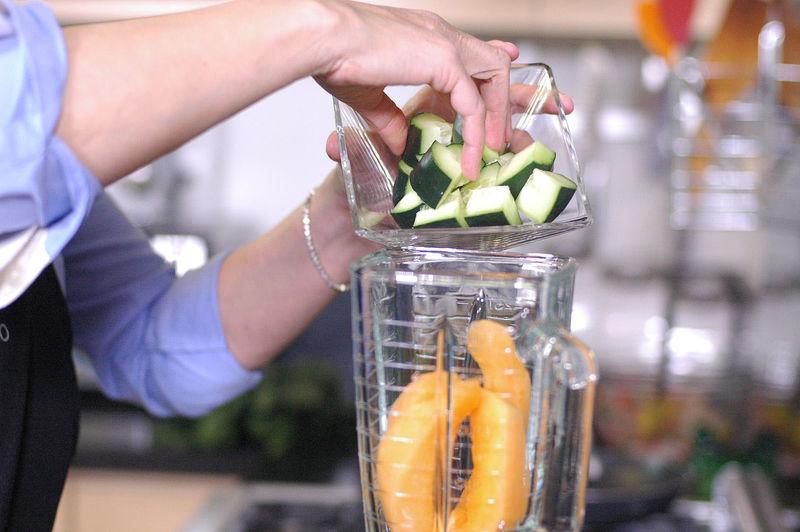 Colocar en el vaso de la licuadora la pulpa de melón y el pepino cortado en trozos.