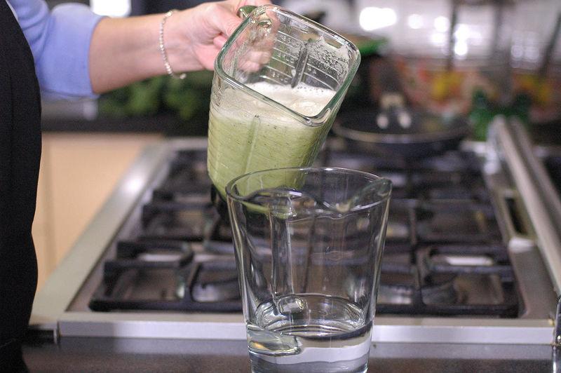 Regresar la mezcla a la jarra con el resto de agua.