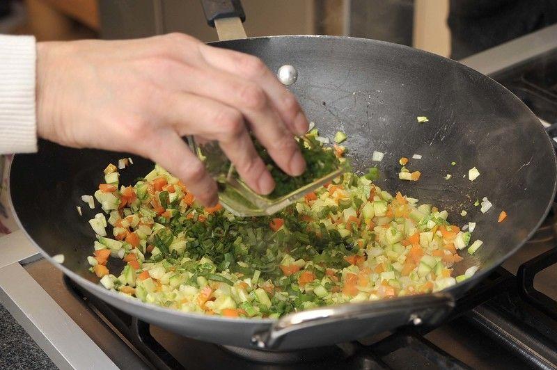 Retirar del fuego y añadir la parte verde de las cebollitas.