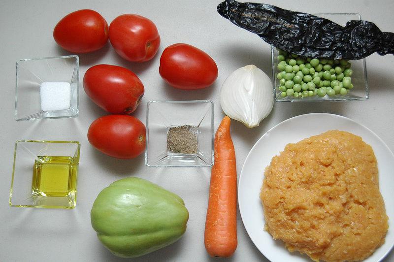 Ingredientes para receta 500 gramos de carne molida de pollo 1 pieza de zanahoria 1 taza de chícharos frescos 1 pieza de chayote 1/4 pieza de cebolla blanca 5 piezas de jitomate guaje 1 pieza de chile pasilla pimienta negra molida al gusto sal al gusto 2 cucharadas de aceite de oliva