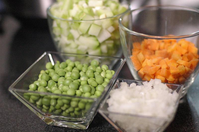 Picar la zanahoria, chayote y la cebolla.