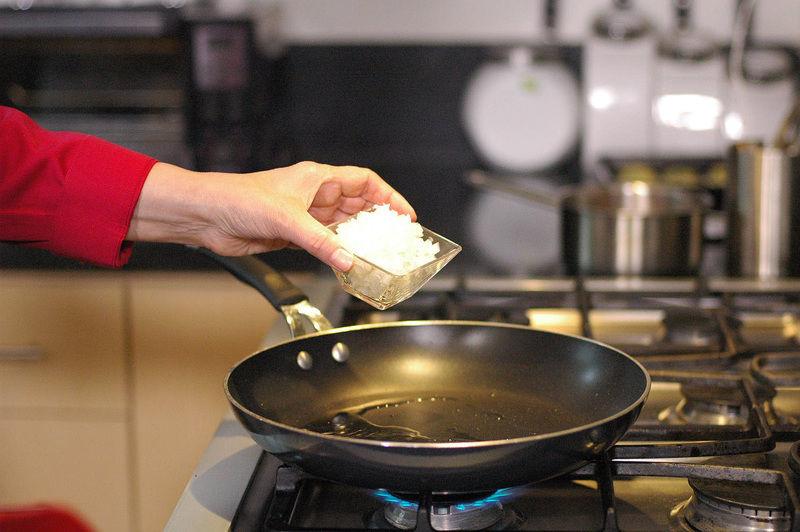 Sofreír la cebolla en aceite de oliva a que quede transparente pero no quemada.