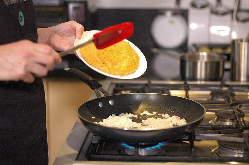 Agregar la carne molida de pollo y sazonar con pimienta y sal.