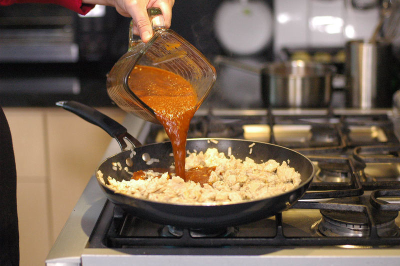 Agregar el jitomate molido y continuar cociendo a que cambie un poco de color.
