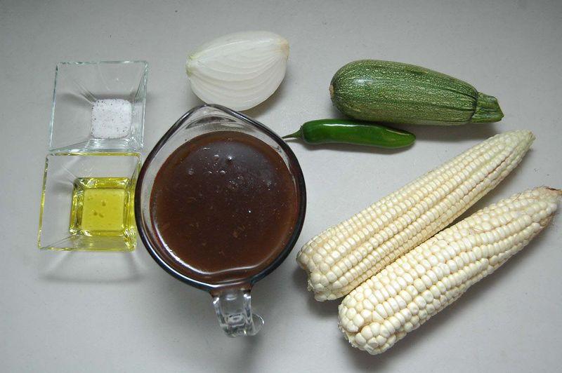 Ingredientes para receta 2 cucharadas de aceite de oliva sal al gusto 1/4 pieza de cebolla blanca 1 pieza de chile serrano 1 pieza de calabacita italiana 2 piezas de elote 2 tazas de frijoles cocidos enteros