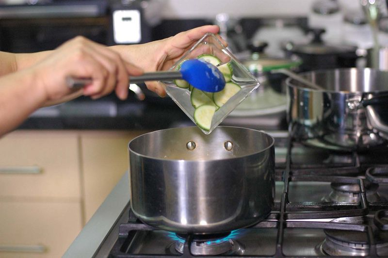 Añadir las medias lunas de calabacita y dejar cocer unos minutos más.