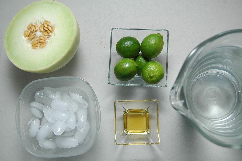 Ingredientes para receta 5 piezas de limón 1 1/2 litros de agua hielo al gusto 1 cucharada de miel de agave 1/2 pieza de melón verde