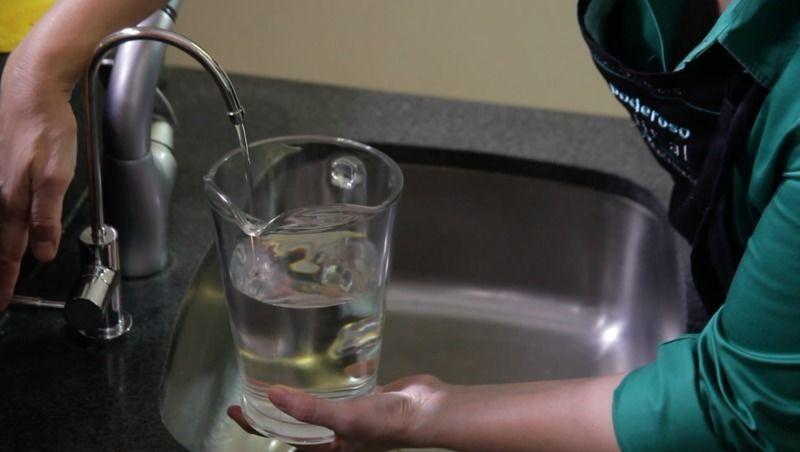 Medir en una jarra 1 ½ de agua del filtro Biluu.