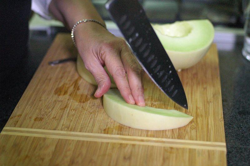 Cortar dos rebanadas de melón.