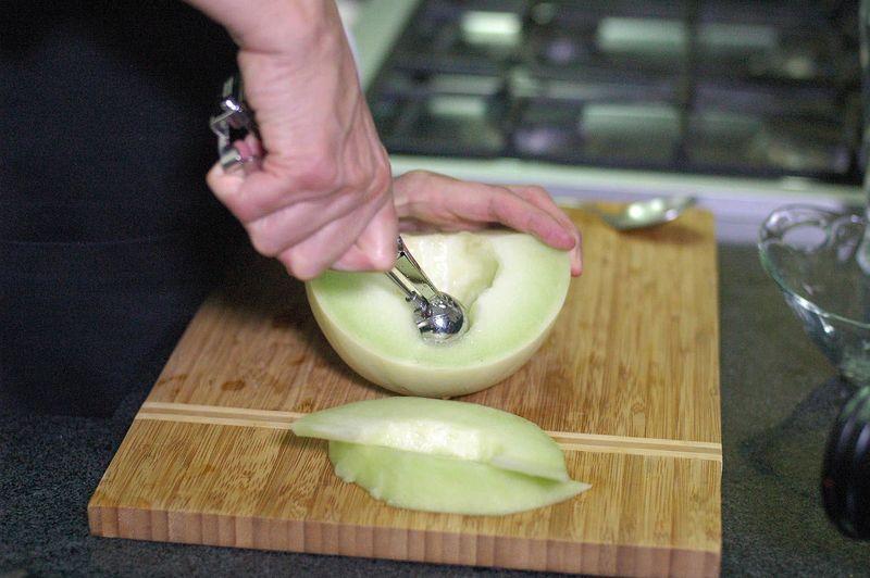 Sacar bolitas del resto del melón con la ayuda de la cuchara de helado y reservar.