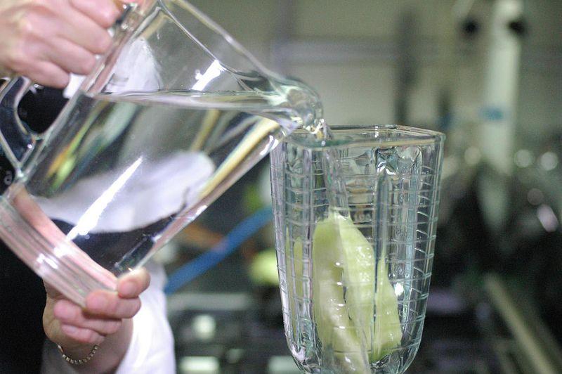 Colocar en el vaso de la licuadora las dos rebanadas de melón. Agregar un poco de agua.