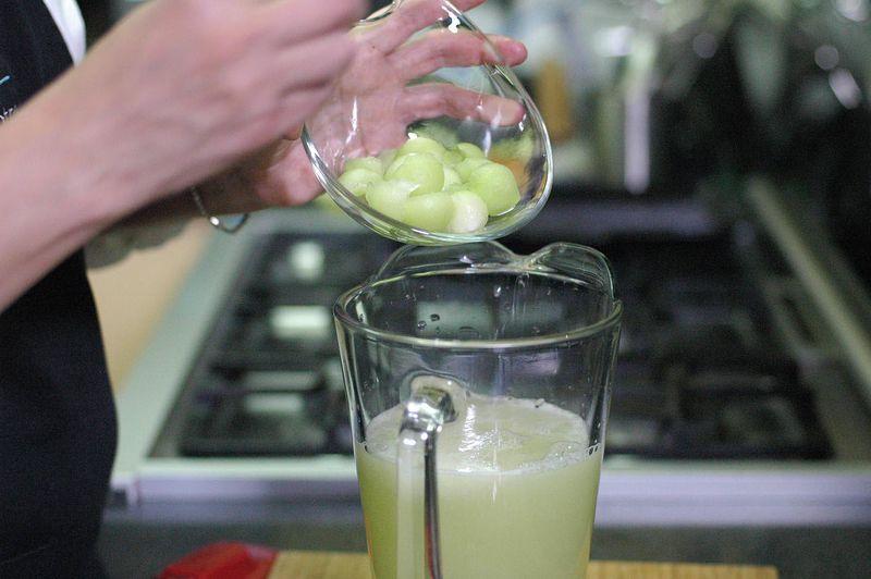 Agregar bolitas de melón verde, los hielos al gusto. Revolver bien con la pala para integrar.