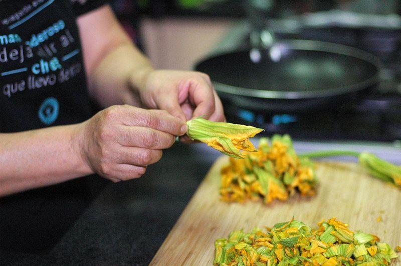 Para preparar el relleno; remover los sépalos de cada flor de calabaza y retirar el pistilo, desecharlos y conservar la corola.