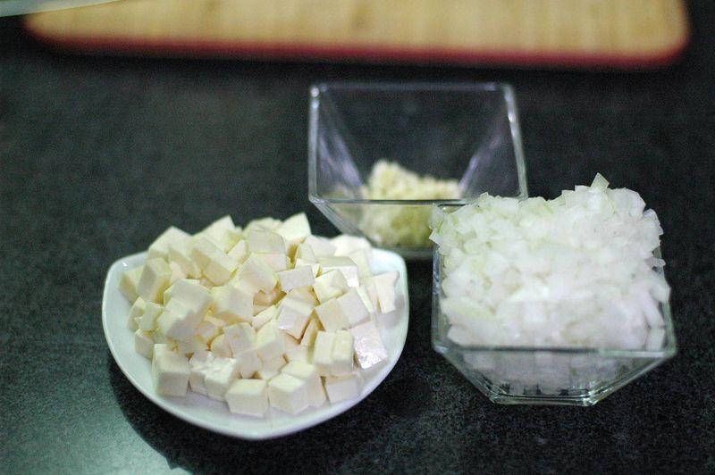 Picar finamente la cebolla, diente de ajo, y el queso panela en cuadros.