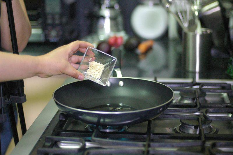 Calentar el aceite en el sartén y cuando esté bien caliente sofreír la cebolla y ajo picados un par de minutos.