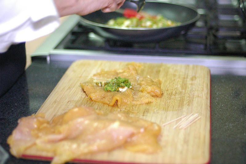 Rellenar cada milanesa de pollo con un poco de la mezcla de flor de calabaza. Doblar en dos partes y sujetar con los palillos para que no se abra.