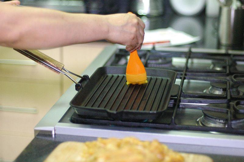 Calentar la parrilla o sartén y cuando esté bien caliente barnizar con la ayuda de la brocha con un poquito de aceite.
