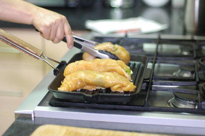 Colocar las pechugas sobre la parrilla y dejar cocer unos minutos por cada lado, o hasta que se vean cocidas.